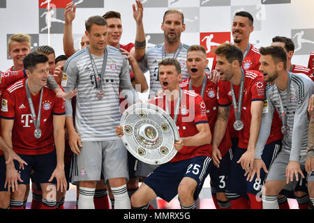 Thomas MUELLER (MULLER, Bayern Munich) with cup, championship trophy, trophy, jubilation, joy, enthusiasm, award ceremony, team photo, team, team, team photo, from left: Robert LEWANDOWSKI (FC Bayern Munich), Manuel NEUER (goalkeeper FC Bayern Munich), Niklas SUELE (FC Bayern Munich), Tom STARKE, goalie (FC Bayern Munich), Joshua KIMMICH (FC Bayern Munich), Javi (Javier) MARTINEZ (FC Bayern Munich), Sandro WAGNER (FC Bayern Munich), Sven ULREICH, goalwart (Bayern Munich), Football 1. Bundesliga, 34. matchday, matchday34, Bayern Munich (M) -VFB Stuttgart (S) 1-4, on May 12, 1818 in Muenchen/G C - Stock Photo