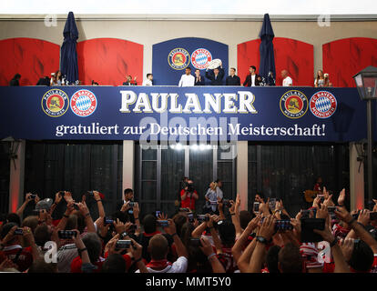 HANDOUT - 12 May 2018, Germany, Munich: Thomas Mueller (C), player of FC Bayern Munich, celebrates winning the championship together with the fans at the Paulaner beer garden at the Nockherberg. Earlier though, a home defeat dampened the joy over the 28th championship title. Photo: Adam Pretty/FCB/Getty Images /dpa - ATTENTION: editorial use only and only if the credit mentioned above is referenced in full Credit: dpa picture alliance/Alamy Live News - Stock Photo