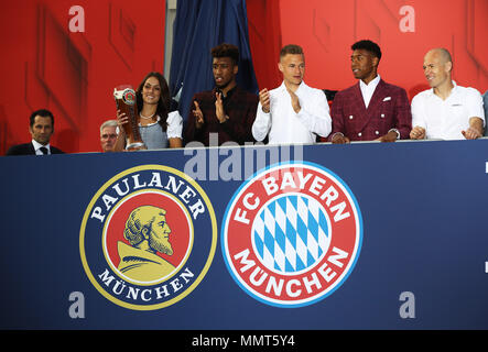 HANDOUT - 12 May 2018, Germany, Munich: Hasan Salihamidzic (L-R), sporting director of FC Bayern Munich, coach Jupp Heynckes and the players Corentin Tolisso, Joshua Kimmich, David Alaba and Arjen Robben celebrate winning the championship together with the fans at the Paulaner beer garden at the Nockherberg. Earlier though, a home defeat dampened the joy over the 28th championship title. Photo: Adam Pretty/FCB/Getty Images /dpa - ATTENTION: editorial use only and only if the credit mentioned above is referenced in full Credit: dpa picture alliance/Alamy Live News - Stock Photo