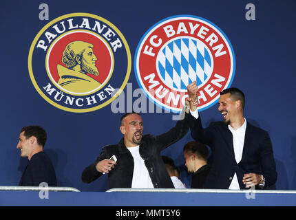 HANDOUT - 12 May 2018, Germany, Munich: Franck Ribery (C) and Sandro Wagner, players of FC Bayern Munich, celebrate winning the championship together with the fans at the Paulaner beer garden at the Nockherberg. Earlier though, a home defeat dampened the joy over the 28th championship title. Photo: Adam Pretty/FCB/Getty Images /dpa - ATTENTION: editorial use only and only if the credit mentioned above is referenced in full Credit: dpa picture alliance/Alamy Live News - Stock Photo