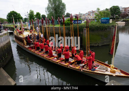 London, UK. 13th May, 2018. thames waterman accopmany the Glorian which transports a stela between hampton court palace and tower of london ceremonial each year Credit: Lisa Edie/Alamy Live News - Stock Photo
