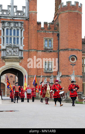 Tudor Pull. Hampton Court Palace, London, UK. 13th May 2018. Annual traditional rowing event on the River Thames between the Historic Royal Palaces of Hampton Court and the Tower of London. Thames cutters escort the QRB (Queen's Royal Barge) Gloriana as she delivers a 'Stela' to the Governor of the Tower. This 'Stela' is a piece of ancient water pipe made from a hollowed tree trunk which stands on a base of timber from the old Richmond Lock and bears the coat of arms of the Worshipful Company of Watermen and Lightermen. Credit: Ian Bottle/Alamy Live News - Stock Photo