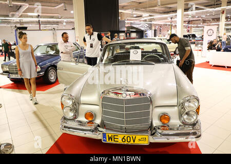 Warsaw, Poland. 13th May, 2018. Visitors view vintage cars during the 2018 Warsaw Oldtimer Show in Nadarzyn, southwest of Warsaw, Poland, on May 13, 2018. The show was held here from May 12 to May 13, attracting about 300 exhibitors to display almost 2,000 vintage cars. Credit: Chen Xu/Xinhua/Alamy Live News - Stock Photo