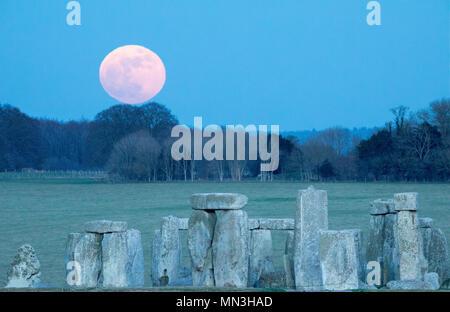 The super blue moon rise over Stonehenge, Wiltshire, England, UK - Stock Photo