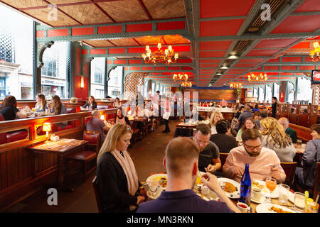 New York Diner - People eating breakfast in Pershing Square restaurant, midtown, New York city, USA - Stock Photo