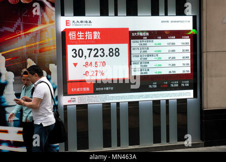 Hong Kong, Hong Kong SAR, China. 2nd May, 2018. Hong Kong Stock market index, the Hang Seng Index, is displayed on an electronic board in the window of the Everbright Sun Hung Kai financial institution, Wealth management centre, Des Voeux Road Sheung Wan.The display shows a downward move.Photos by Jayne Russell. Credit: Jayne Russell/ZUMA Wire/Alamy Live News - Stock Photo