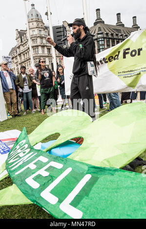 London, UK. 14th May, 2018. A Grenfell activist speaking to the demonstrators in front of the British Parliament.Protesters gathered in Parliament square in central London to demand justice for the victims of the Grenfell tower fire last year. Credit: Brais G. Rouco/SOPA Images/ZUMA Wire/Alamy Live News - Stock Photo