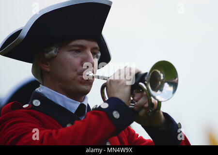 """A U.S. Army Old Guard Fife and Drum Corps member performs during the final """"Music Under the Stars"""" concert at Joint Base Langley-Eustis, Va., Aug. 31, 2017. The band provides music in hopes to develop a connection to the local community, as well as Soldier and family morale. (U.S. Air Force photo/Airman 1st Class Kaylee Dubois) - Stock Photo"""