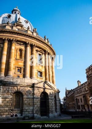 Woman Resting in Arch, Radcliffe Camera, University of Oxford Library, Oxford, Oxfordshire, England, UK, GB. Stock Photo