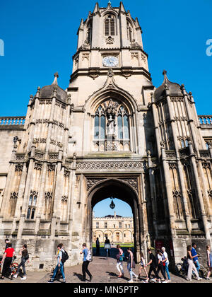 Tourists at Tom Gate, Tom Tower, Christ Church, Oxford, Oxfordshire, England, UK, GB. - Stock Photo