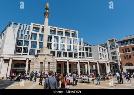 London, UK. 15th May, 2018. The beautiful May sunshine continues and office workers enjoy taking their lunch break outside in the late spring sunshine under a blue sky. Summer sunshine in the capital and city workers making the most of the glorious weather under blue skies. Credit: Steve Hawkins Photography/Alamy Live News - Stock Photo