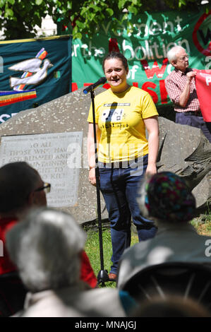 London, UK. 15th May 2018. Hannah Brock (War Resisters' International) speaking at the Conscientious Objectors Commemorative Stone, during a ceremony of remembrance held in Tavistock Square, London, UK to mark Conscientious Objectors Day.  79 white carnations were laid at the stone to commemorate various people who have historically refused to kill. Credit: Michael Preston/Alamy Live News - Stock Photo
