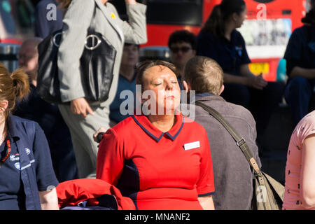 London, UK. 15th May 2018. People enjoy the hot sunny weather in Central London Credit: Ink Drop/Alamy Live News - Stock Photo