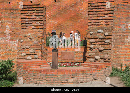 Warsaw Little Insurgent, Polish teenagers pass by the Little Insurgent monument commemorating the part played by children in the Warsaw Rising of 1944. - Stock Photo