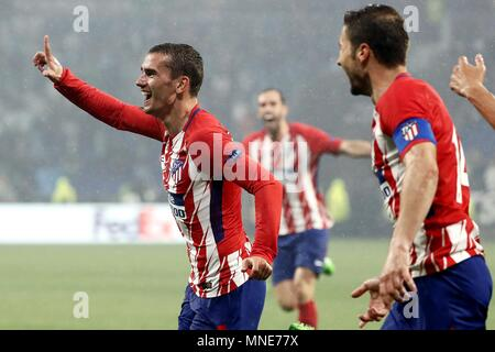 Lyon, Francia. 16th May, 2018. Atletico Madrid's Antoine Griezmann (L) jubilates the second goal of the team during the UEFA Europa League final between Olympique Marseille and Atletico Madrid at the Parc Olympique Lyonnais stadium in Lyon, France, 16 May 2018. Credit: MARISCAL/EFE/Alamy Live News - Stock Photo