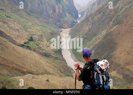Tiger Leaping Gorge (Chinese: »¢ÌøÏ¿; pinyin: H¨³ti¨¤o Xi¨¢) is a canyon on the Yangtze River ¨C locally called the Golden Sands River (½ðɳ½; J¨©nsh - Stock Photo