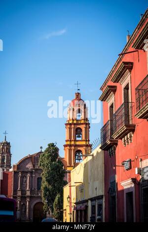 Houses and belfry of San Francisco Church, 18th century, San Miguel de Allende, Bajío region, Central Mexico - Stock Photo