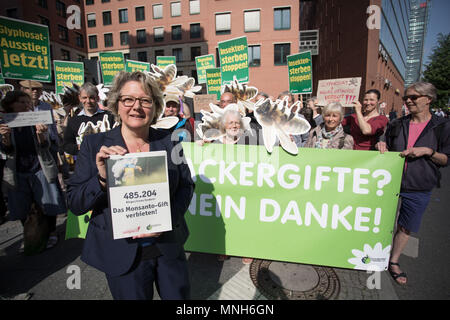17 May 2018, German, Berlin: Svenja Schulze, German Environment Minister (SPD), standing outside her ministry holding a petition for a glyphosate ban, during a Campact demonstration. Photo: Jörg Carstensen/dpa - Stock Photo