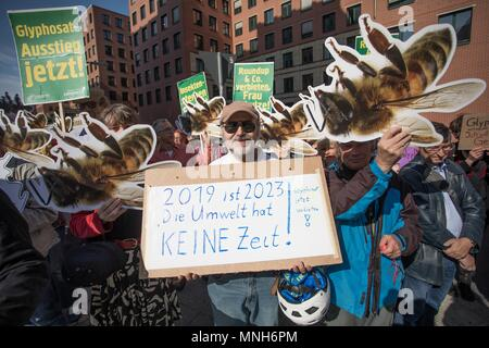 Berlin, Germany. 17th May, 2018. 17 May 2018, German, Berlin: Activists campaigning for a glyphosate ban during a Campact demonstration outside the German environment ministry. Credit: Jörg Carstensen/dpa/Alamy Live News - Stock Photo