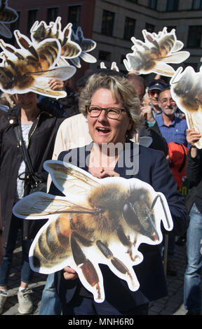 17 May 2018, German, Berlin: Svenja Schulze, German Environment Minister (SPD), standing outside her ministry holding a picture of a bee, during a Campact demonstration calling for a glyphosate ban. Photo: Jörg Carstensen/dpa - Stock Photo