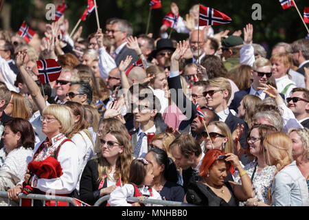 Norway, Oslo - May 17, 2018. The Norwegian people are waving their hands and greeting the Norwegian Royal family at balcony of the Royal Palace during the Norwegian Constitution Day, also referred to as Sytttende Mai, in central Oslo. (Photo credit: Gonzales Photo - Stian S. Moller). Credit: Gonzales Photo/Alamy Live News - Stock Photo