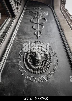 Lions head on front door of Bank of England, London, UK. - Stock Photo