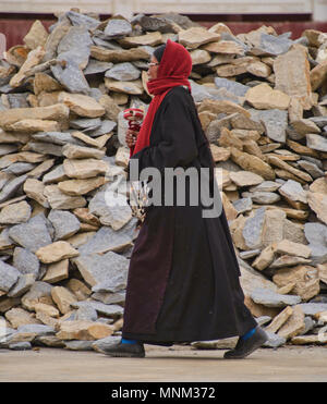 Tibetan pilgrim spinning prayer wheels, Yarchen Gar, Sichuan, China - Stock Photo