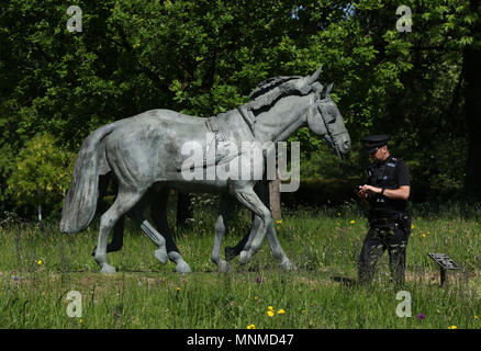 Windsor, Berkshire, UK . 17th May 2018. A police officer during preparations in Windsor as a rehearsal for the Royal Wedding between HRH Prince Harry (of Wales) and Meghan Markle. Royal Wedding rehearsal, Windsor, Berkshire, on May 17, 2018. Credit: Paul Marriott/Alamy Live News - Stock Photo