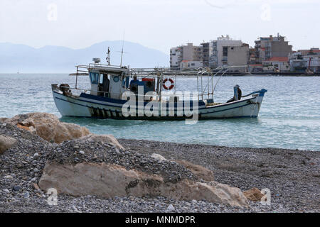 Xylokastro. 17th May, 2018. Photo taken on May 17, 2018 shows a fishing boat exiting the marina of Xylokastro, a popular tourist destination of Peloponnese in Greece. Due to the economic crisis and over exploitation of the sea, the majority of Greek fishermen is hard to make a living. Credit: Marios Lolos/Xinhua/Alamy Live News - Stock Photo