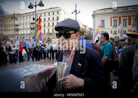 Madrid, Spain. 17th May, 2018. Hundreds of demonstrators meet at the Puerta del Sol in Madrid, several people with flags of the Republic and photos of missing relatives hanging in the chest are manifested with fists held high in the center of Madrid.Demonstrators gathered in the center of Madrid in a remembrance rally for those who has lost their lives under the Franco dictatorship. Credit: Mario Roldan/SOPA Images/ZUMA Wire/Alamy Live News - Stock Photo