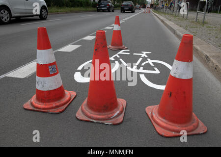 18 May 2018, Germany, Berlin: Pylons cover the freshly painted colour picture in Berlin Warschauer Straße. As in many other places, new bicycle paths have been traced. Photo: Paul Zinken/dpa/ZB - Stock Photo
