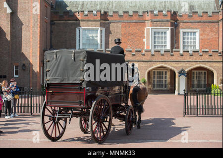 West End, London, UK. 18 May, 2018. A carriage and horses arrives at St James's Palace. Credit: Malcolm Park/Alamy Live News. - Stock Photo