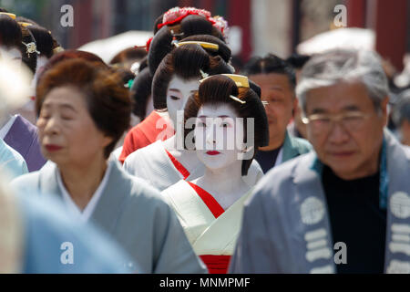 Tokyo, Japan. 18th May, 2018. Geishas walk towards Sensoji Temple during the Daigyoretsu or Large Parade of Sanja Matsuri Festival in Asakusa. The Daigyoretsu Parade is a large procession of priest, city officials, musicians, geishas and dancers dressing Edo Period costumes through Asakusa streets until Sensoji Temple. This is one of the Three Great Shinto Festivals in Tokyo, that is held on the third weekend of May. Credit: Rodrigo Reyes Marin/Alamy Live News - Stock Photo