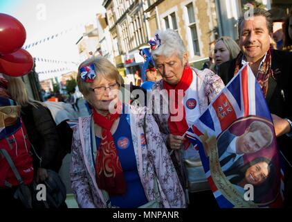 Windsor, UK, 19 May 2018. Royal fans arrive ahead of the royal wedding ceremony of Britain's Prince Harry and Meghan Markle at St George's Chapel in Windsor Castle, in Windsor, Britain, 19 May 2018. EFE/ Isabel Infantes Credit: EFE News Agency/Alamy Live News - Stock Photo