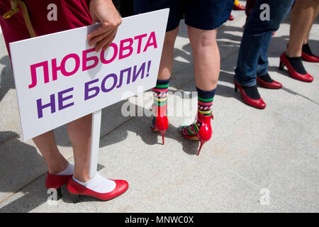 Sofia, Bulgaria. 19th May, 2018. A man wearing high-heeled shoes holds a sign saying Love Doesn't Hurt in Bulgarian in order to show solidarity with women and the struggles they face during the ''Walk a Mile in Her Shoes'' campaign to draw attention to the violence against women. The event, which drew a few dozen participants, was organized by the Bulgarian Fund for Women and other organizations dedicated to women's rights. Credit: Jodi Hilton/SOPA Images/ZUMA Wire/Alamy Live News - Stock Photo