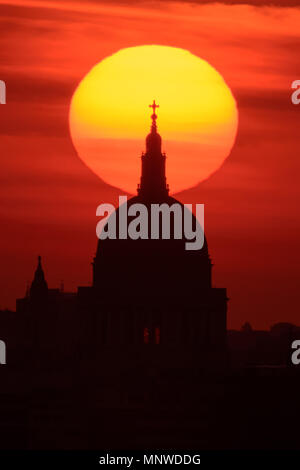 London, UK. 19th May, 2018. UK Weather: Dramatic evening sunset over St. Paul's Cathedral. Credit: Guy Corbishley/Alamy Live News - Stock Photo