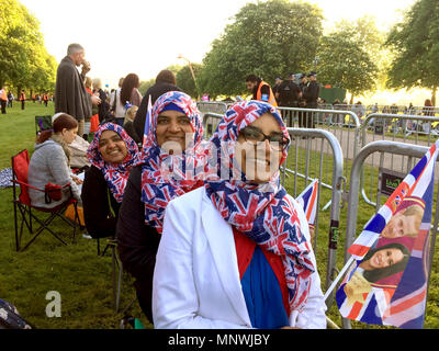 Windsor, UK. 19th May 2018.  Farkhanda Ahmed (R) with her mother (C) and her cousin stand at the Long Walk. All three women have saved a spot since the early morning to watch the Royal Wedding of Prince Harry and Meghan Markle. Photo: Christoph Meyer/dpa Credit: dpa picture alliance/Alamy Live News Credit: dpa picture alliance/Alamy Live News - Stock Photo