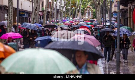 Ciudad Real, Spain. 20th May, 2018. Visitors protect themselves from the rain with umbrellas as the traditional pilgrimage of the Virgin of Alarcos is canceled in Ciudad Real, Spain, 20 May 2018. The pilgrimage and the procession were finally suspended due to the rain. Credit: Mariano Cieza/EFE/Alamy Live News - Stock Photo