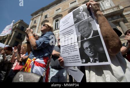 Barcelona, Spain. 20th May, 2018. Followers of the 'Tabarnia' movement gather at Sant Jaume square in Barcelona, Spain, to protest against the investiture of the new regional Catalan President, Quin Torra, 20 May 2018. Tabarnia is a movement that has the intention to make a parody of the Catalan independence movement and talks about a fictional region, Tabarnia, that wants to be independent within Catalonia. Credit: Marta Perez/EFE/Alamy Live News - Stock Photo