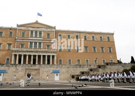Athens, Greece. 20th May, 2018. Members of the Presidential Guard perform the changing of the guard ceremony in front of the parliament building in Athens, Greece, on May 20, 2018. The Presidential Guard, also called the Evzones, is a special unit of the Hellenic Army, whose members stand proudly in perfect stillness in front of the Parliament building, guarding the Monument of the Unknown Soldier. Credit: Marios Lolos/Xinhua/Alamy Live News - Stock Photo