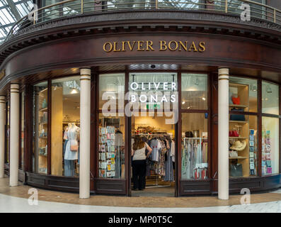 Customers and the frontage of the Oliver Bonas outlet in Glasgow Central Station, Scotland, UK. - Stock Photo
