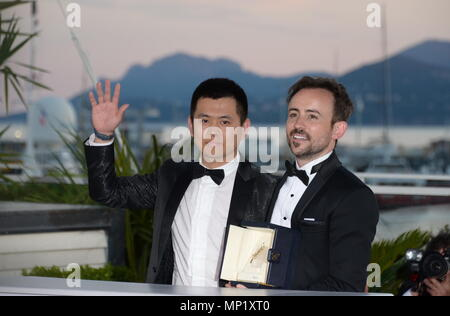Cannes, France. 19th May, 2018. CANNES, FRANCE - MAY 19: Australian director Charles Williams (R), short film Palm d'Or award winner for his film 'All These Creatures' poses with Wei Shujun (L) special mention award winner for his film 'Border' at the photocall the Palme D'Or Winner during the 71st annual Cannes Film Festival at Palais des Festivals on May 19, 2018 in Cannes, France Credit: Frederick Injimbert/ZUMA Wire/Alamy Live News - Stock Photo
