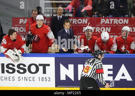 Copenhagen, Denmark. 20th May, 2018. COPENHAGEN, DENMARK - MAY 20, 2018: Switzerland's head coach Patrick Fischer (C) reacts in the 2018 IIHF Ice Hockey World Championship final match against Sweden at Royal Arena. Anton Novoderezhkin/TASS Credit: ITAR-TASS News Agency/Alamy Live News - Stock Photo