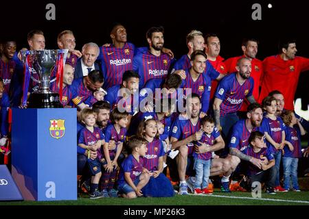 Barcelona, Spain. 20th May, 2018. FC Barcelona's players pose for photo after a Spanish league match between FC Barcelona and Real Sociedad in Barcelona, Spain, on May 20, 2018. Barcelona won 1-0. It was the last Spanish league match that Andres Iniesta played as team captain at the Camp Nou stadium. Credit: Joan Gosa/Xinhua/Alamy Live News - Stock Photo
