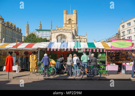 Cambridge city centre, view of people buying flowers from a plant stall in Market Hill in the centre of Cambridge, England, UK. - Stock Photo