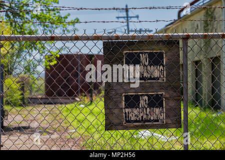 Abandoned factory in Arkansas, US, with no trespassing sign - Stock Photo
