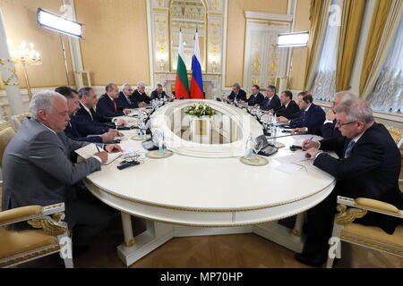 Moscow, Russia. 21st May, 2018. MOSCOW, RUSSIA - MAY 21, 2018: Russia's Prime Minister Dmitry Medvedev (4th R) and Bulgaria's President Rumen Radev (4th L) talk during a meeting. Yekaterina Shtukina/Russian Government Press Office/TASS Credit: ITAR-TASS News Agency/Alamy Live News - Stock Photo
