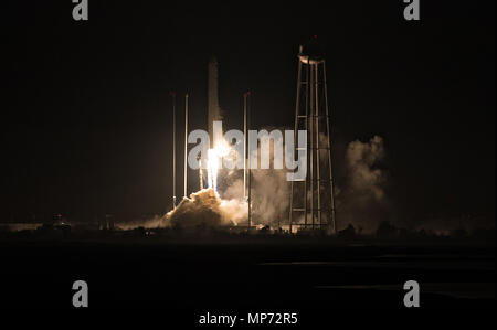 Wallops, Virginia, USA. 21st May 2018. The Orbital ATK Antares rocket, with the Cygnus spacecraft onboard, blasts off from launch Pad-0A, early morning at Wallops Flight Facility May 21, 2018 in Wallops, Virginia. The Antares is carrying the Cygnus spacecraft filled with 7,400 pounds of cargo for the International Space Station on May 21st. - Stock Photo