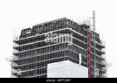London, UK.  21 May 2018.  Scaffolding currently covers the burned out shell of the Grenfell Tower in West London on the day that commemoration hearings begin in the Millennium Gloucester hotel.  Over the next nine days, friends and family will be paying tributes to the 72 victims killed by the fire in the building nearly one year ago.  Credit: Stephen Chung / Alamy Live News Credit: Stephen Chung/Alamy Live News - Stock Photo