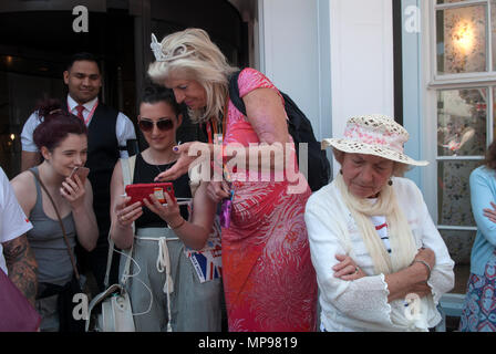People in crowd with mobile devises iphone  smartphone, smartphones, watching Prince Harry Meghan Markle  Royal Wedding on on mobile i phone 2018  HOMER SYKES - Stock Photo